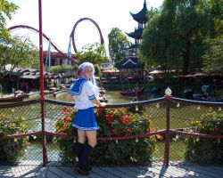 Kagami at a theme park by MortenW