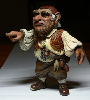 Hoggle statue painted 1 by Skulpturen