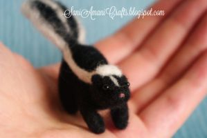 Needle felted skunk by SaniAmaniCrafts