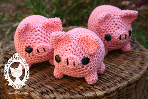 more amigurumi pigs by fayettedream