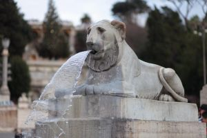 Lion statue in Rome by smatsh