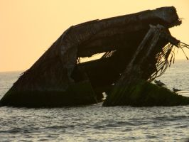 Shipwreck on the Ocean Waters by hcisme123