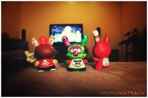 Dunnys Trio watching TV by motion-attack