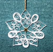 Quilling snowflake by pinterzsu