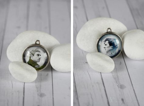 'Sherlock' two-sided glass pendant by Keila-the-fawncat