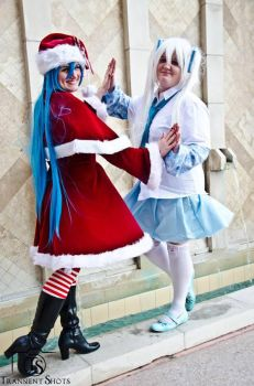 The Miku's at Holiday Matsuri 2013: Mirrored by ToxicFoxxeh