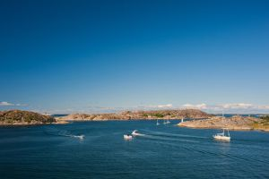 Boats passing by by Sekundkvadrat