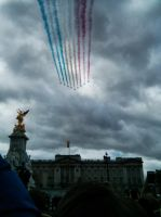 London - RAF Red Arrows over Buckingham Palace. by resir014