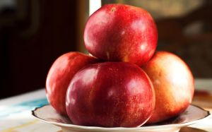 Red apples by sztewe