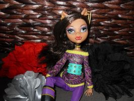 clawdeen and flowers by Chenae00