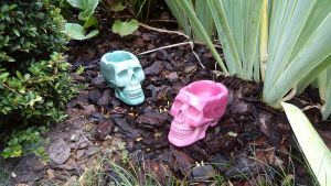 Green and pink skull ashtrays by LaddeDadde