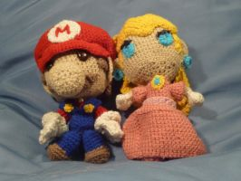 Mario and Peach crochet plushies by lightingexpert13