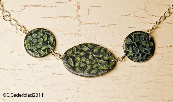 Green flowers necklace by skuggsida
