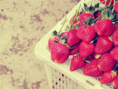 strawberries by nraini