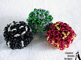Chainmaille D6s - Black, Green and Red by ChainedBeauty