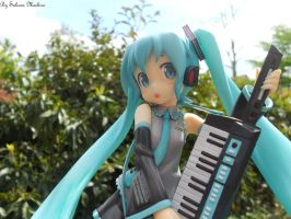 Playing Miku by Ushi-de-Bray