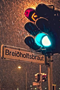 Traffic light while snowing by 600mg-ibufen